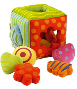 Design produit, pour Latitude Enfant Définition de la collection, réalisation des dessins, dossiers techniques et mise au point des prototypes. Cliquer. Les produits dérivés de la collection, à découvrir... A la Une, le Cube à sons.